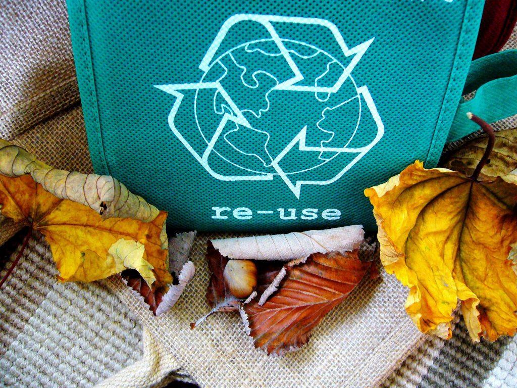 Ekologiczny e-commerce. Recykling i ponowne użycie opakować pomoże zmniejszyć ilość odpadów